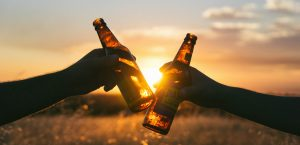 Cerveza en un atardecer